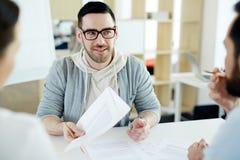 Kreatywnie biznesmena spotkanie z kolegami w biurze Obrazy Royalty Free