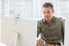 Kreatywnie biznesowy pracownik ma kamery internetowej wideo wezwanie Obraz Royalty Free