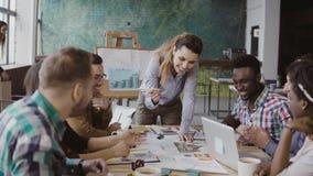 Kreatywnie biznesu drużynowy dyskutuje architektoniczny projekt Brainstorming mieszana biegowa grupa ludzi w modnym biurze zbiory