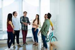 Kreatywnie biznesu drużynowy oddziałać wzajemnie z each inny obraz royalty free
