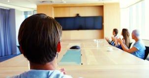 Kreatywnie biznesu drużynowy oklaskiwać podczas gdy uczęszczający wideo wezwanie