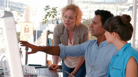 Kreatywnie biznesu drużynowy używa komputer zbiory wideo