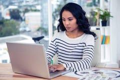 Kreatywnie bizneswoman używa laptop Obraz Stock