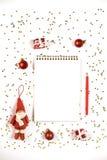Kreatywnie Bożenarodzeniowy skład z notepad i dekoracjami zdjęcia stock