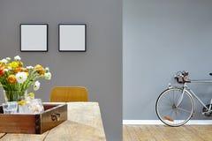 Kreatywnie dekoraci miastowy wewnętrzny drewniany stół i roadbike w korytarzu Fotografia Stock