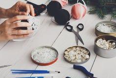 Kreatywnie diy rzemiosło hobby Handmade boże narodzenie dekoracja, piłki a Zdjęcie Royalty Free