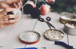 Kreatywnie diy rzemiosło hobby Handmade boże narodzenie dekoracja, piłki a Obraz Royalty Free