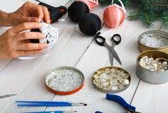 Kreatywnie diy rzemiosło hobby Handmade bożych narodzeń dekoracja, piłki i girlanda, Obrazy Royalty Free