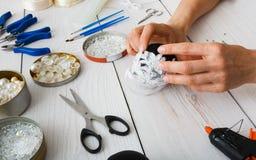 Kreatywnie diy rzemiosło hobby Handmade bożych narodzeń dekoracja, piłki i girlanda, Zdjęcia Royalty Free