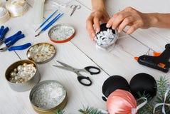 Kreatywnie diy rzemiosło hobby Handmade bożych narodzeń dekoracja, piłki i girlanda, Zdjęcie Royalty Free