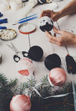 Kreatywnie diy rzemiosło hobby Handmade bożych narodzeń dekoracja, piłki i girlanda, Fotografia Stock