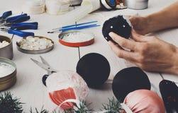 Kreatywnie diy rzemiosło hobby Handmade bożych narodzeń dekoracja, piłki i girlanda, Zdjęcia Stock