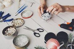 Kreatywnie diy rzemiosło hobby Handmade bożych narodzeń dekoracja, piłki i girlanda, Obraz Stock