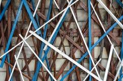 Kreatywnie drewniany kija projekt na ściana z cegieł obraz stock