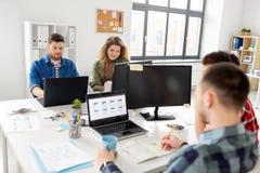 Kreatywnie drużynowy działanie na interfejsie użytkownika przy biurem zdjęcia royalty free