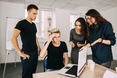 Kreatywnie drużyna dyskutuje sposoby rozwiązywać praca problemy zdjęcie stock