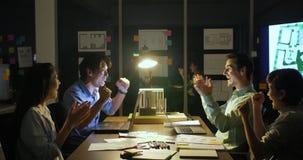 Kreatywnie drużyna i dojrzały lider zespołu daje wysokości pięć jeden inny po pomyślnego biznesowego spotkania zbiory wideo