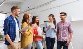Kreatywnie drużyna opowiada przy biurem na kawowej przerwie Obraz Royalty Free