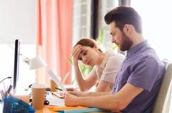 Kreatywnie drużyna z czytanie papierem w biurze Zdjęcie Stock
