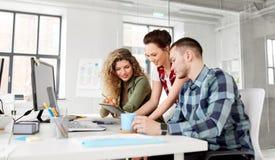 Kreatywnie drużyna z laptopem pracuje przy biurem obraz stock