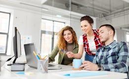 Kreatywnie drużyna z laptopem pracuje przy biurem obrazy royalty free