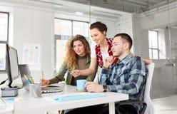 Kreatywnie drużyna z laptopem pracuje przy biurem zdjęcia stock