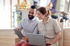 Kreatywnie drużyna z pastylka komputerem osobistym i laptop w biurze Zdjęcia Royalty Free