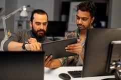 Kreatywnie drużyna z pastylka komputerem osobistym pracuje przy biurem fotografia royalty free