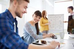 Kreatywnie drużyna z pastylka komputeru osobistego komputerem przy biurem Obraz Stock