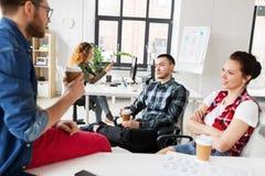 Kreatywnie drużynowa pije kawa przy biurem obraz royalty free