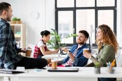 Kreatywnie drużynowa pije kawa przy biurem fotografia stock