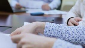 Kreatywnie drużynowi dyskutuje sprzedaż rezultaty i kampania reklamowa, współpraca zbiory