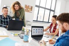 Kreatywnie drużynowy działanie na interfejsie użytkownika przy biurem obraz royalty free