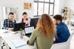 Kreatywnie drużynowy działanie na interfejsie użytkownika przy biurem fotografia stock