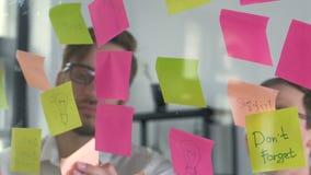 Kreatywnie drużynowy działanie na nowym projekcie z wiele kleistymi notatkami na okno 20s 4k zbiory