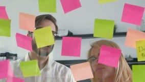 Kreatywnie drużynowy działanie na nowym projekcie z wiele kleistymi notatkami na okno 20s 4k zdjęcie wideo