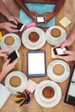 Kreatywnie drużynowy działanie wpólnie na pastylki i smartphones Fotografia Stock