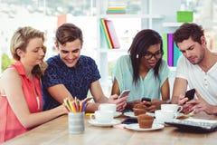 Kreatywnie drużynowy działanie wpólnie na pastylki i smartphones Obraz Stock