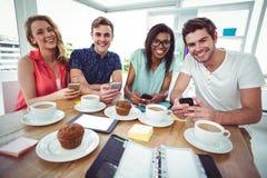 Kreatywnie drużynowy działanie wpólnie na smartphones Obrazy Royalty Free