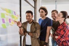 Kreatywnie drużynowy gmeranie dla genialnego biznesowego pomysłu Obrazy Stock