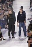 Kreatywnie dyrektory Lucie Meier Ruffieux i serża chodzą pas startowego podczas Christian Dior przedstawienia Obrazy Royalty Free