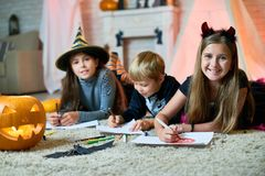 Kreatywnie dzieci przy Halloween przyjęciem Zdjęcia Stock
