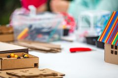 Kreatywnie dziecko sztuka z rzemiosłem Śliczny preschool dzieci prepa obraz stock