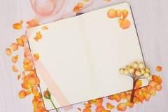 Kreatywnie egzamin próbny w górę układu robić z kopii przestrzenią na stole Otwiera sketchbook Ręka Zdjęcia Royalty Free