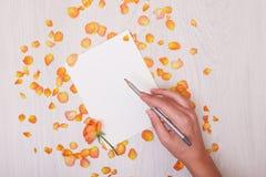 Kreatywnie egzamin próbny w górę układu robić z kopii przestrzenią na stole Otwiera sketchbook Ręka Zdjęcie Stock