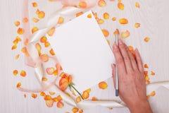 Kreatywnie egzamin próbny w górę układu robić z kopii przestrzenią na stole Otwiera sketchbook Ręka Fotografia Stock