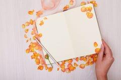 Kreatywnie egzamin próbny w górę układu robić z kopii przestrzenią na stole Otwiera sketchbook Ręka Obraz Royalty Free