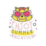 Kreatywnie emblemat z żółtą kot głową w okularach przeciwsłonecznych Logo z inskrypcją: cieszy się wakacje Ręka rysująca ikona we ilustracja wektor