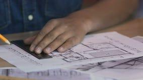 Kreatywnie freelancer pracuje na mieszkanie planie, rysuje wewnętrznego projekta projekt zdjęcie wideo
