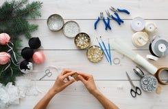 Kreatywnie hobby Handmade narzędzia dla robić boże narodzenie teraźniejszości w pudełku Fotografia Stock